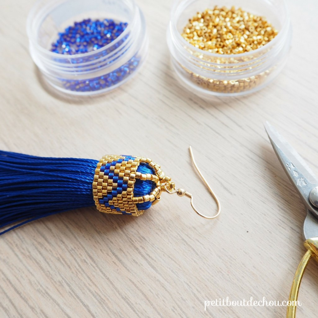 Boucles_oreilles_pompons_bleu_soie_attache_perles_Miyuki_peyote_pair_final