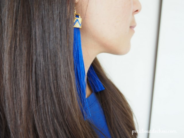 Boucles_oreilles_pompons_bleu_soie_attache_perles_Miyuki_peyote_pair_final2
