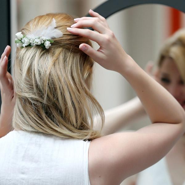 c38833d81a30 Fai da te perline piume da sposa pettine perle Swarovski e fiori ...