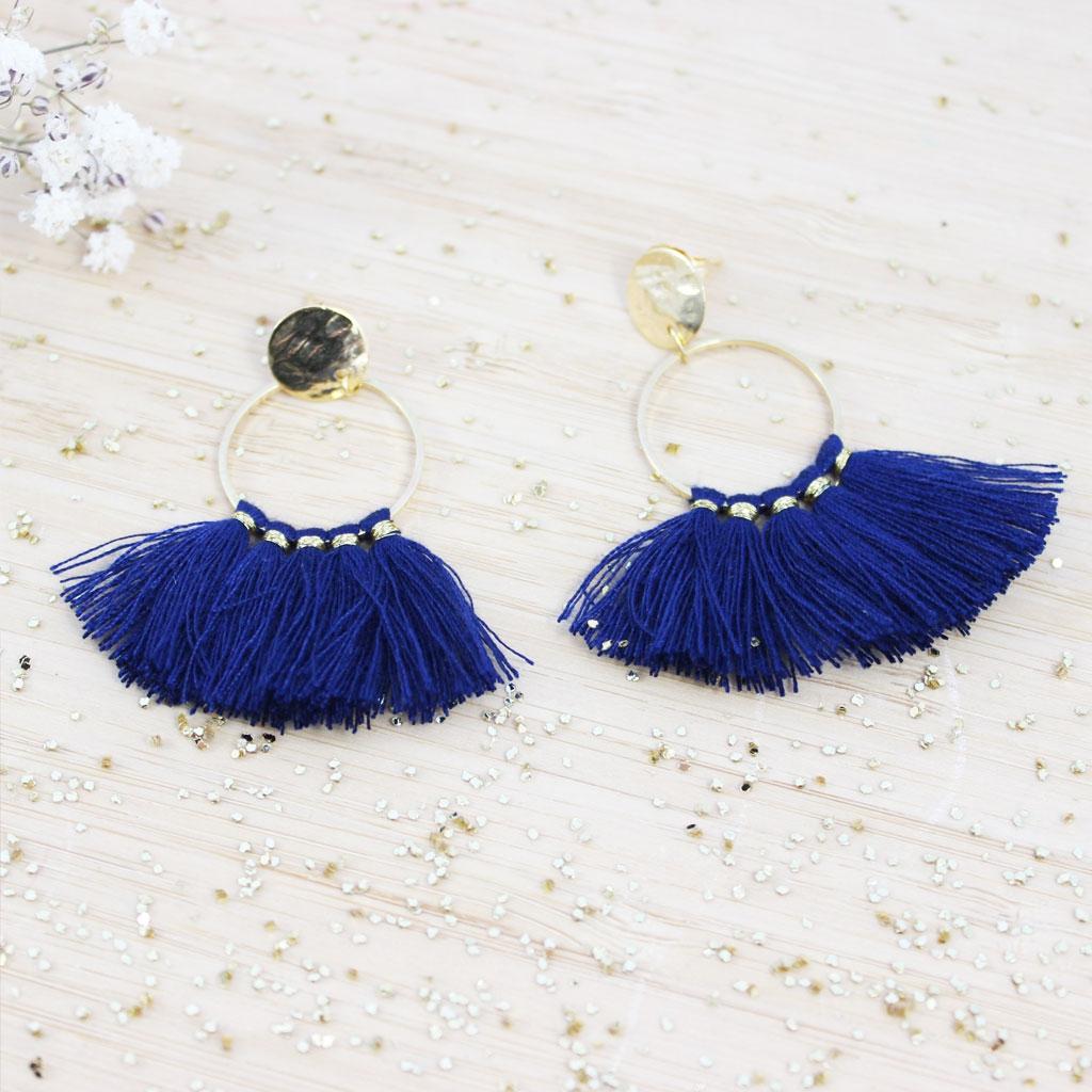 kit boucle d 39 oreille fantaisie faire soi m me avec des pompons couleur bleu nuit perles co. Black Bedroom Furniture Sets. Home Design Ideas